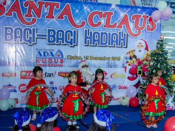 Santa Claus Bagi-Bagi Hadiah